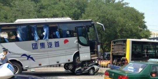 北京朝阳区长虹桥发生严重交通事故 大巴车碾压警车致一人死亡 图